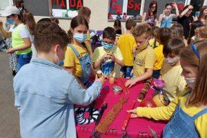 Dzieci podziwiają malgaskie instrumenty muzyczne
